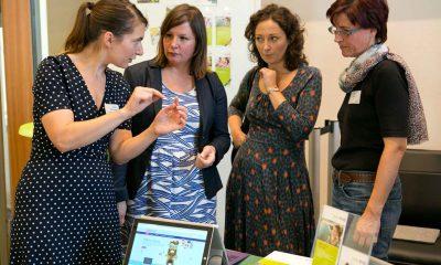 Vier Frauen unterhalten sich, unter anderem Antje Kapek und Ramona Pop.