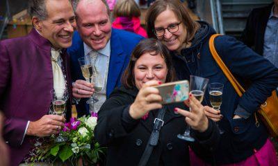 Auf dem Bild ist ein Ehepaar zu sehen, das mit Silke Gebel und Antje Kapek ein Selfie macht.
