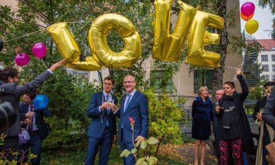 """Auf dem Bild sind Volker Beck und sein Ehemann zu sehen, über denen Luftballons mit der Aufschrift """"LOVE"""" schweben."""