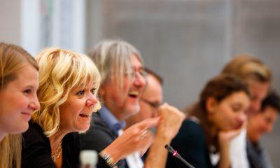 Das Foto zeigt mehrere Personen während einer Sitzung.