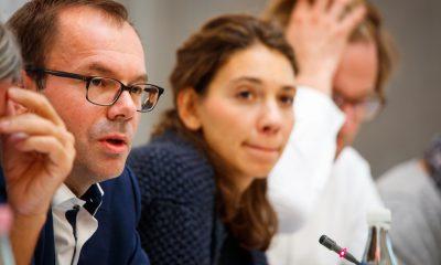 Das Foto mehrere Personen während der Sitzung.