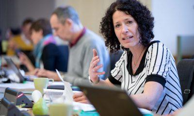 Auf dem Bild ist Bettina Jarasch zu sehen, die redet. Im Hintergrund sind weitere Personen zu sehen.