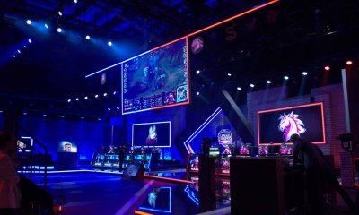 Auf dem Bild ist eine große Halle zu sehen, die mit Neonlicht beleuchtet ist.