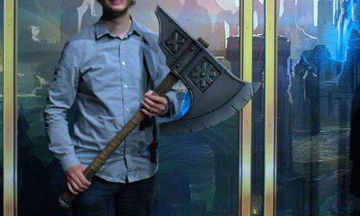 Auf dem Bild ist Stefan Ziller zu sehen, der eine große Axt aus dem Spiel League of Legends hält.