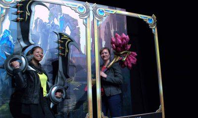 Auf dem Bild sind zwei Frauen zu sehen, die Spielzeugwaffen aus dem Spiel League of Legends halten.