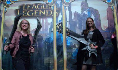 Auf dem Bild sind Lisa Paus und Anja Schillhaneck zu sehen, die Spielzeugwaffen aus dem Spiel League of Legends halten.