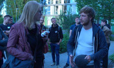 Auf dem Bild ist Lisa Paus zu sehen, die mit einem Mann redet.