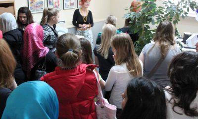 Das Bild zeigt Mädchen, die in der Pressestelle stehen.