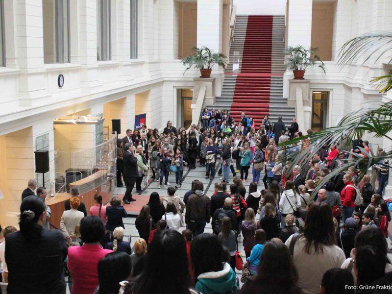 Das Bild zeigt das Foyer des Abgeordnetenhauses mit vielen Menschen.