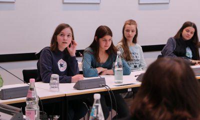 Das Bild zeigt Mädchen, die diskutieren.