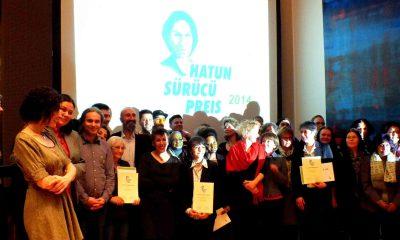 Auf dem Bild ist eine Gruppe von Gewinnern des Hatun-Sürücü-Preises zu sehen.