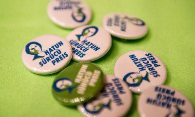 Auf dem Bild sind Buttons vom Hatun-Sürücü-Preis zu sehen.