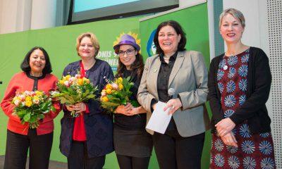 Auf dem Bild ist eine Gruppe von Gewinnerinnen zu sehen, die für die Kamera mit Anja Kofbinger und Susanna Kahlefeld posieren.