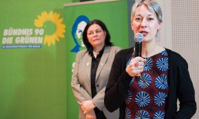 Auf dem Bild hält Susanna Kahlefeld eine Rede. Anja Kofbinger steht im Hintergrund.