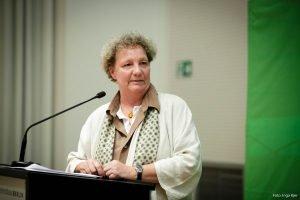 Auf dem Bild ist zu sehen, wie eine Frau eine Rede hält.