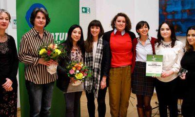 Auf dem Bild posieren Gewinnerinnen für die Kamera.