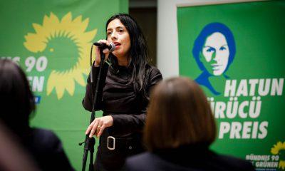 Auf dem Bild ist eine Frau zu sehen, die singt.