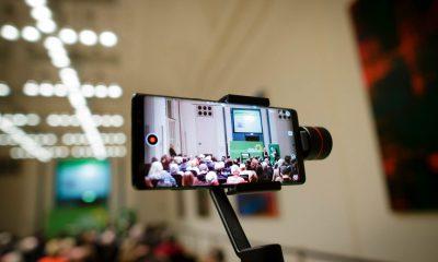 Auf dem Bild ist ein Bildschirm eines Handy zu sehen, das das Publikum des Hatun-Sürücü-Preises fogorafiert oder filmt.