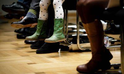 Auf dem Bild sind verschiedene Füße von Gästen zu sehen.