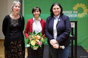 Auf dem Bild sind Susanna Kahlefeldt und Anja Kofbinger mit einer Gewinnerin zu sehen.
