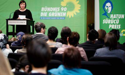 Auf dem Bild ist Antje Kapek vor Publikum zu sehen, die eine Rede hält.