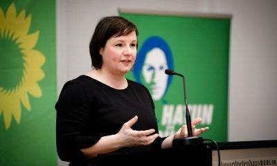 Auf dem Bild ist Antje Kapek zu sehen, die eine Rede hält.