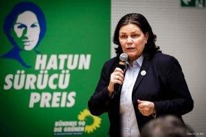 Auf dem Bild ist Anja Kofbinger zu sehen, die eine Rede hält.