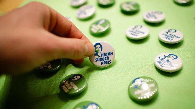 Auf dem Bild sind Buttons von Hatun-Sürücü-Preis zu sehen.