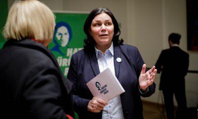 Auf dem Bild ist Anja Kofbinger zu sehen, die sich mit einer Frau unterhält.