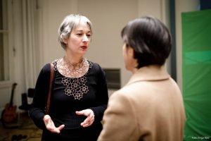 Auf dem Bild ist Susanna Kahlefeldt zu sehen, die sich mit einer Frau unterhält.