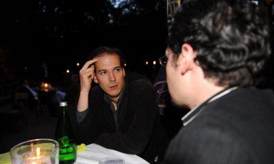Auf dem Bild ist Benedikt Lux zu sehen, der sich mit einer Person unterhält.