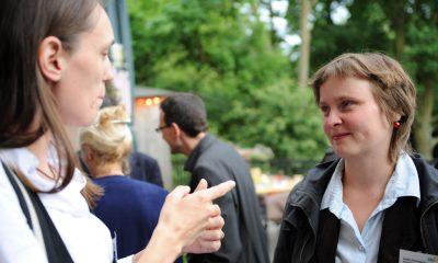 Auf dem Bild sind zwei Frauen zu sehen, die sich unterhalten.