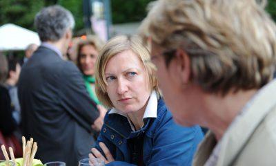 Auf dem Bild ist eine Frau zu sehen, die eine andere Frau anschaut.