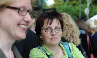 Auf dem Bild ist eine Frau zu sehen, die neben Lisa Paus steht.