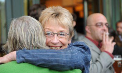 Auf dem Bild sind zwei Frauen zu sehen, die sich umarmen.