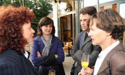 Auf dem Bild sind vier Personen zu sehen, die sich unterhalten.