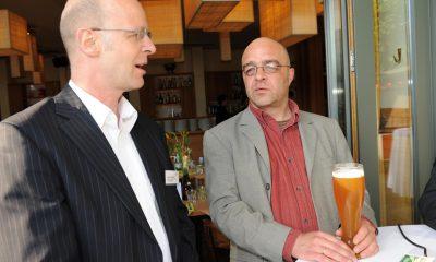 Auf dem Bild sind zwei Männer zu sehen.