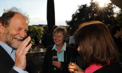 Auf dem Bild ist Michael Cramer zu sehen, der sich mit zwei Frauen unterhält.