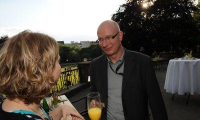 Auf dem Bild ist eine Frau und ein Mann zu sehen, die sich unterhalten.