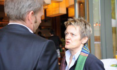 Auf dem Bild ist zu sehen, wie Renate Künast sich mit Volker Ratzmann unterhält.