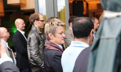 Auf dem Bild ist Renate Künast zu sehen, die in einer Gruppe von Leuten steht.