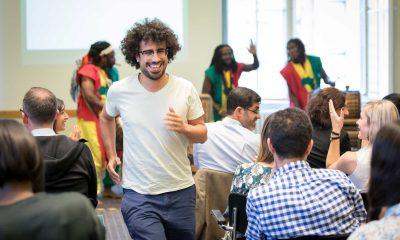 Auf dem Bild ist ein Mann zu sehen, der lachend durch das Publikum läuft.