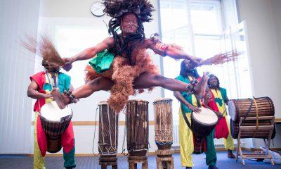 Auf dem Bild ist eine Tanzgruppe zu sehen, die auf der Bühne eine Performance abliefert.
