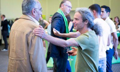 Auf dem Bild ist Turgut Altug mit einigen anderen Männern zu sehen.