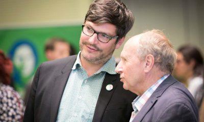 Auf dem Bild ist Dirk Behrendt mit einem anderen Mann zu sehen.