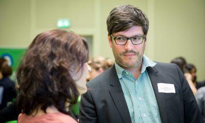 Auf dem Bild ist Dirk Behrendt zu sehen, der sich mit einer Frau unterhält.