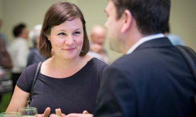 Auf dem Bild ist Antje Kapek zu sehen, die sich mit einer Frau unterhält.