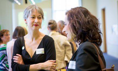 Auf dem Bild ist Susanna Kahlefeld zu sehen, die sich mit einer anderen Frau unterhält.