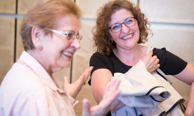Auf dem Bild sind zwei lachende Frauen zu sehen.