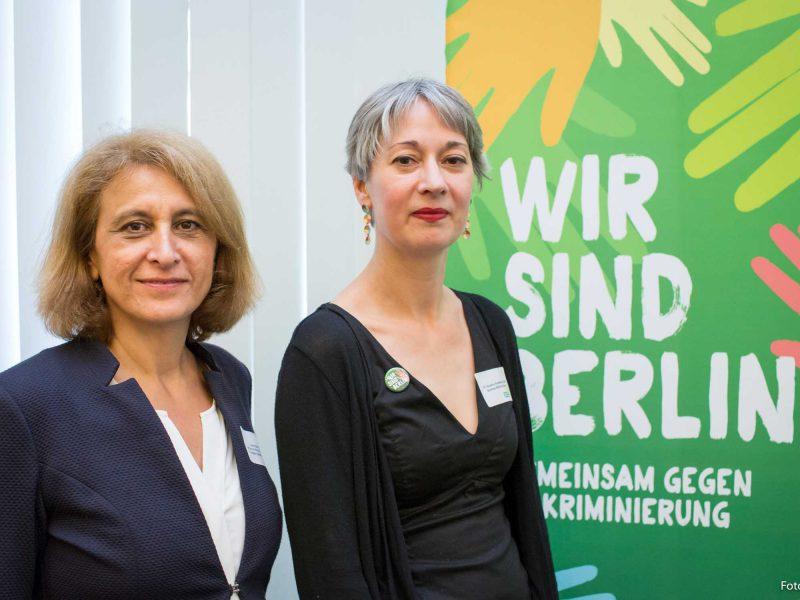 Auf dem Bild ist Susanna Kahlefeld mit Canan Bayram zu sehen.